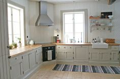 bright clean kitchen Swedish Kitchen, Nordic Kitchen, Kitchen Dining, Kitchen Decor, Kitchen Cabinets, Interior Design Kitchen, Interior Design Living Room, Corner Stove, Cottage Renovation