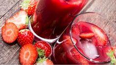 Osvěžující nápoj z jahod bude ozdobou každé letní tabule. Koncentrovanou chuť sladkých jahod umocní nakyslá příchuť limetek. Verzi pro dospělé můžete osvěžit trochou vodky. Summer Drinks, Hot Chocolate, Cocoa, Detox, Strawberry, Cocktails, Smoothie, Fresh, Vegetables