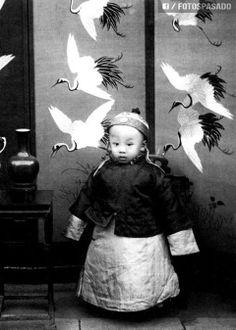 En 1908, el emperador Puyi (Ultimo emperador de China), fue ascendido a el trono de China con simplemente 3 años.