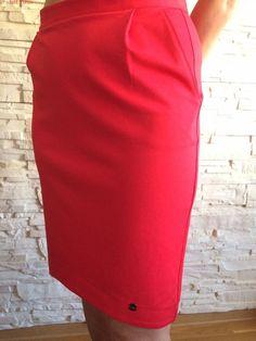 Czerwona spódnica uwodzi