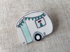 Here is a gorgeous brooch featuring a hand drawn vintage caravan with turquoise bunting. Perfect for a summer holiday! The brooch is made from shrink plastic, treated with a lacquer to prevent fading. The pendant is attached to a 1 silver-plated brooch pin.
