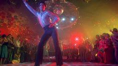 Saturday Night Fever (1977) Olhe para trás e veja o filme onde John Travolta era um sex symbol e, os Bee Gees, a maior banda do mundo.