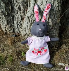 Kuscheltier Hase nähen Easter, Diy Crafts, Christmas Ornaments, Holiday Decor, Anna, Sew Gifts, Easter Bunny, Craft Tutorials, Xmas Ornaments