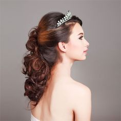 <p>A really pretty half up, half down hair style for a bride with curly hair. </p>