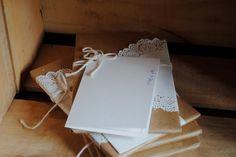 lembrancinhas do casamento foram livros embrulhados com papel kraft e doile, amarrados com barbante. Pacote de presente DIY. Lembrancinha de casamento diferente e criativa.