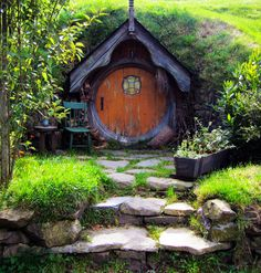 Hobbit house and garden magazine Casa Dos Hobbits, Earth Homes, Fairy Doors, Earthship, Cabins And Cottages, Fairy Houses, Cob Houses, Little Houses, Fairies Garden
