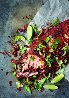 Met een hele gegrilde zalm van de barbecue maak je indruk. Zeker in deze combinatie met geroosterde knoflook, bacon en pittige chili.