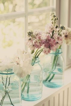 Here are a few more beautiful window sill ideas that I just had to share. This one is simple and lovely…. Just put a few fresh flowers in some mason jars. Blue Mason Jars, Bottles And Jars, Glass Jars, Glass Bottle, Tout Rose, Deco Floral, Ball Jars, Jolie Photo, Window Sill
