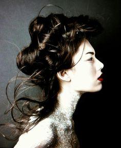 Loose Elizabethan hairup.