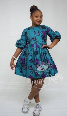 Robe de belles filles africaines fabriqué à partir de cire de qualityAfrican coton imprimé. Cette magnifique robe est faite sur commande avec vos mensurations exactes de filles. Midi robe avec des manches bouffantes 3/4 et froncée wiast Aucune doublure. Wrond col avec fermeture à glissière