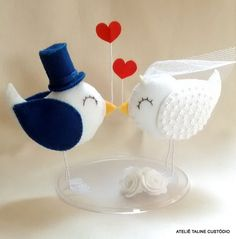 Topo de Bolo passarinhos corações Cd Crafts, Felt Crafts, Diy And Crafts, Custom Wedding Cake Toppers, Wedding Topper, Happy Wedding Anniversary Wishes, Felt Birds, Wedding Cake Inspiration, Felt Diy