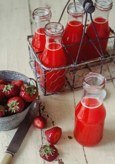 Limonade aux fraises, oranges et érable - Strawberries, oranges and maple… Juice Smoothie, Smoothie Drinks, Healthy Drinks, Healthy Recipes, Pavlova, Strudel, Summer Drinks, Food Inspiration, Love Food