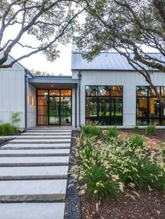 Modern farmhouse style in Texas showcases fantastic design inspiration A striking farmhouse style home was designed by Markalunas Architecture Group, located in the countryside of Palmetto Bluff, South Carolina. Texas Farmhouse, Modern Farmhouse Exterior, Urban Farmhouse, Modern Farmhouse Style, Industrial Farmhouse, Farmhouse Homes, Modern Industrial, Italian Farmhouse, Farmhouse Decor