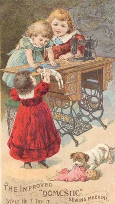 Petites filles Qui cousent pour leurs poupées. Modèle ancien.