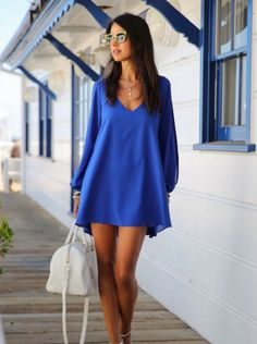 El vestido de manga largas es azul y corto. El vestido es muy lindo!
