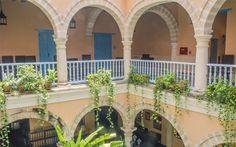 Muy cerca de las Plazas de Arma y de la Catedral, renace la antigua mansión de los Marqueses de Prado Ameno.  Convenientemente ubicada, a solo unos metros de la calle Obispo, arteria fundamental del centro histórico, la casona, de estilo colonial, recrea la típica vivienda aristocrática cubana de principios del siglo XIX.