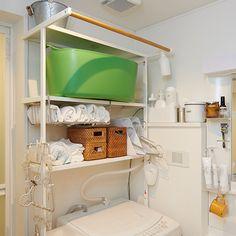 我が家の洗面所が、もっと気持ちの良い空間だったらホテルに泊まる時、わたしにとって一番の楽しみは洗面所を眺めることです。大きな鏡とつるつるピカピカの洗面台、清潔で冷たい空気。自宅の洗面所もそんなステキな Laundry Storage, Diy Storage, New Room, Home Organization, Housekeeping, Small Spaces, Bookcase, Home Appliances, Shelves