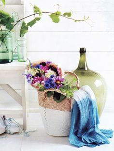 I had a couple of minutes to catch up on some magazines yesterday when I stumble upon this beautiful dipped-painted basket on Martha Stewart Living! Love the idea of giving a new flair to some of my old baskets! I think it's also a a great way to organize a collection if you have different types of baskets. Don't they make the perfect basket for Sunday morning Flea Market visit? Plus they are super easy, all you need is some cute baskets plus white latex paint {or any other color you like}.