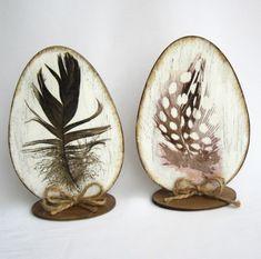 Drevený výrez v tvare vajíčka je zdobený v štýle shabby chic.  Veľkosť: výška 16 cm šírka 11 cm Materiál: preglejka