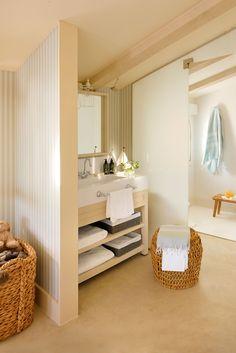 Baño con paredes empapeladas y mueble abierto