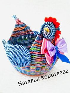tyúk Фотография Toilet Roll Art, Rolled Paper Art, Paper Weaving, Newspaper Crafts, Easter Crafts, Basket Weaving, Wicker, Arts And Crafts, Christmas Ornaments