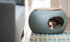 """""""The Cozy Pet Home"""" hedder den formstøbte hundekurv, som med sin striklignende overflade og pude på toppen også kan fungere som en puf."""