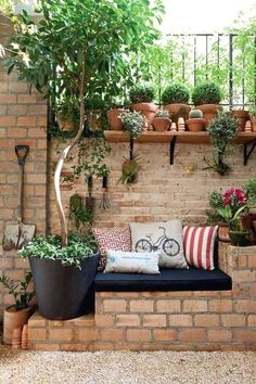 Sitting in the garden: 11 ideas for a small relaxation corner Garden guide - Clementina - dec. - Sitting in the garden: 11 ideas for a small relaxation corner Garden guide – Clementina – decor - Garden Guide, Diy Garden, Terrace Garden, Home And Garden, Brick Garden, Small Terrace, Gravel Garden, Brick Fence, Fence Slats
