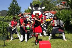 Uxía Lambona e a Banda Molona - Regalamúsica Hip Hop, Mickey Mouse, Disney Characters, Fictional Characters, Band, Musicals, Artists, Books, Concerts
