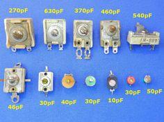 Figura 9 – Capacitores ajustáveis de diversos tipos e épocas. Os da linha superior são padders e os da linha inferior são os trimmers. Os valores de capacitância foram obtidos com eles fechados (parafuso central apertado).