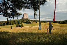 Drapeaux de prièreWakinyan two Bulls, 9 ans, place des drapeaux de prière dans un arbre, près de Mato Tipila (« l'antre de l'ours »), ou Devils tower, dans le Wyoming. L'histoire des Oglalas déborde largement le cadre de la réserve de Pine ridge.