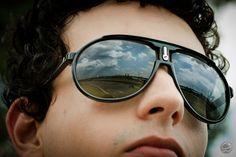 O estilo retrô da Carrera conquistou os homens que tem um visual despojado. #oculos #carrera #solar #sunglass #eyewear #moda #estilo #modamasculina #masculino #retrô #acessório #kart #autódromo #corrida #carro