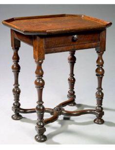 PETITE TABLE EN CABARET Bois de noyer H: 67 cm - L: 60 cm - l: 44 cm Valais - XVIIème siècle Superbe état, belle patine