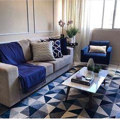 """1,301 curtidas, 19 comentários - Arquitetura de Interiores (@arq4home) no Instagram: """"Living contemporâneo com base neutra e tons de azul no tapete, manta e poltrona por Andrea…"""""""
