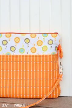 Free laptop bag pattern is great for making a bag to fit any laptop!