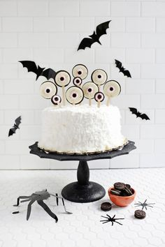 Spooky Eye Cake Toppers (click through for tutorial) ABM spooky halloween food Happy Halloween, Dulceros Halloween, Halloween Countdown, Halloween Festival, Halloween Desserts, Halloween Cakes, Holidays Halloween, Halloween Treats, Halloween Decorations