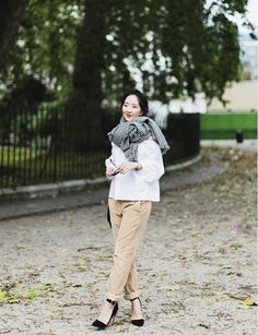 What Wear - Cuffed Khakis + Oversized Scarf It's true: khaki pants can be cool. Image from Shini Park of Park and Cube Kakis, Houndstooth Scarf, Inspired Outfits, Winter Looks, Simple Outfits, Who What Wear, Street Style Women, Spring Summer Fashion, Korean Fashion