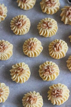 Small delights with nuts Arabic Sweets, Arabic Food, Biscuit Cookies, Cupcake Cookies, Eid Cake, Sweet Pastries, Food Decoration, Greek Recipes, No Cook Meals