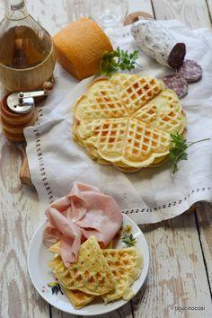 I waffle o gauffre o wafel sono delle cialde croccanti fuori e morbide dentro, prettamente dolci ma anche salate, come in questa ricetta, c...