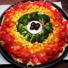 """Wie Ihr seht, macht die Pizza Ihrem Namen alle Ehre, sie ist so bunt wie ein Regenbogen. Hier haben wir einen Gastbeitrag von Vanessa. Sie hat das Rezept quasi """"gestiftet"""". Ganz herzlichen Dank an dieser Stelle an Vanessa. Wenn Ihr sehen könntet, wie liebevoll Vanessa die Word-Vorlage gestaltet hat, die sie mir geschickt hat♥ ganz klasse♥"""