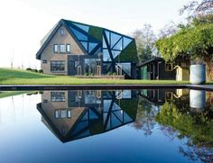 Comme son nom l'indique, c'est au Pays Bas que l'on peut admirer cette résidence dont le bâtiment d'origine a été conçu au début du 20ème siècle puis renouvelé en 2003 avec l'ajout de 3 chambres avant d'être acheté par le propriétaire actuel. Les architectes de chez OOZE ont réussi à détourner la vue extérieure de ce mélange architectural en enveloppant d'une nouvelle peau à facettes la maison.