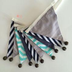 Bandeirola de Tecido Combinação Verde Água e Marinho para decoração de quarto infantil e festa infantil.