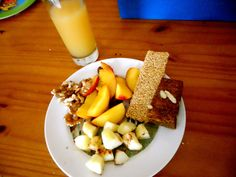 SCD breakfast 'sunday treat': sesame bar, nectarines, oven-baked apple-with-cinnemon, walnuts and a slice of fig 'bread'.