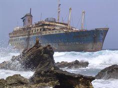 Los restos de la estrella estadounidense ( SS America ) visto desde el lado tierra, Fuerteventura , Islas Canarias .