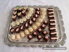 sitni kolaci Cupcake Recipes, Baking Recipes, Dessert Recipes, Mini Desserts, Cookie Desserts, Croation Recipes, Dessert Platter, Cake Tray, Kolaci I Torte