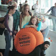 Dass SIXT gerne und oft an Flughäfen wirbt, ist kein Geheimnis! Doch jetzt setzte der Autovermieter diese geniale Guerilla Marketing Idee um. Agentur: JvM