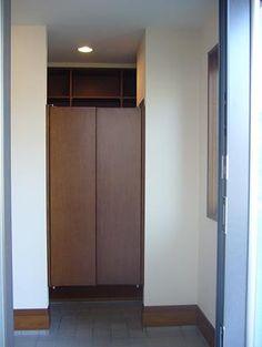 玄関クローク。ウエスタン扉