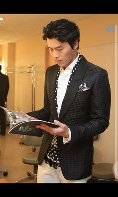 Korean actor Hyun Bin wears a polka dot scarf, looking good :D