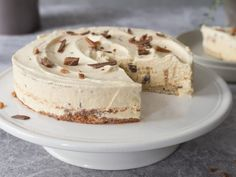 Daimiskake med nøttebunn | Oppskrift | Meny.no Pudding Desserts, Yummy Eats, Feta, Sweet Tooth, Cheesecake, Deserts, Baking, Bread Making, Desserts