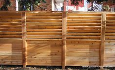 Palisade fence with fixed horizontal louvers Wood Fence Design, Front Yard Design, Building A Pergola, Deck With Pergola, Patio Wall, Diy Patio, Porches, Palisade Fence, Poured Concrete Patio
