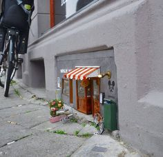 The anonymous artists, who go by the name 'Anonymouse', have created miniature but incredibly detailed scenes at street level— eye-level for mice. The tiny street art installations are located in Malmo, Sweden. Photo Macro, Tiny Shop, Colossal Art, Modern Metropolis, Toy Art, Arte Pop, Fairy Houses, Museum Of Modern Art, Small World